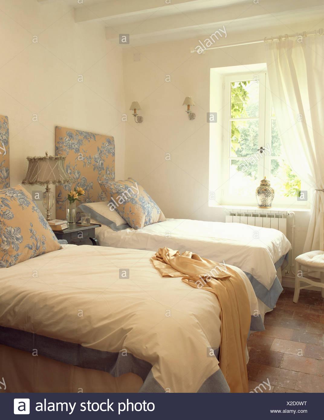 Blau + Creme Gemusterten Kissen Und Kopfteile Auf Zwei Einzelbetten Mit  Blau Umrandeten Weißen Bettdecken Französischer