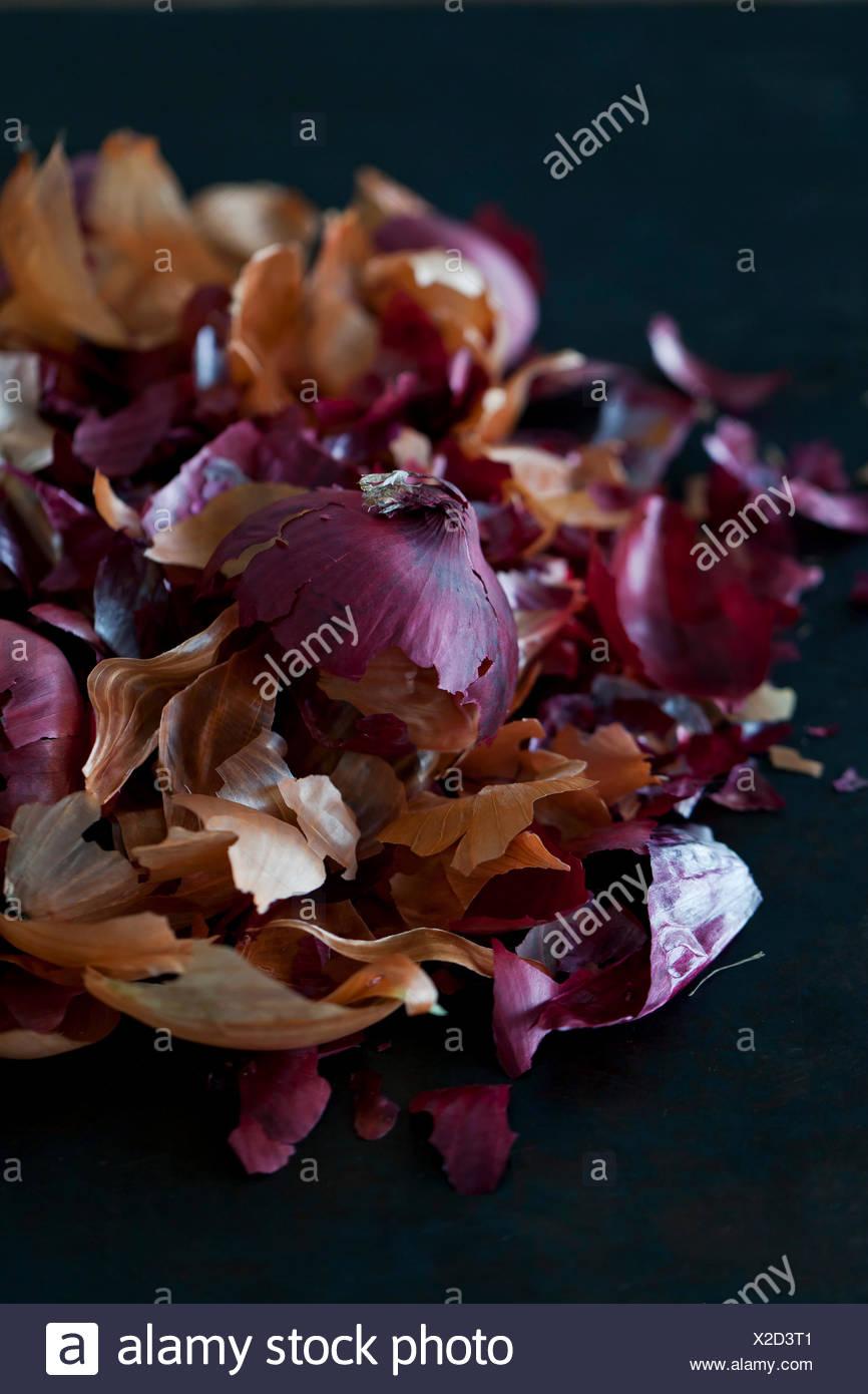 Zwiebelschalen für natürliche Ostereier färben Stockbild