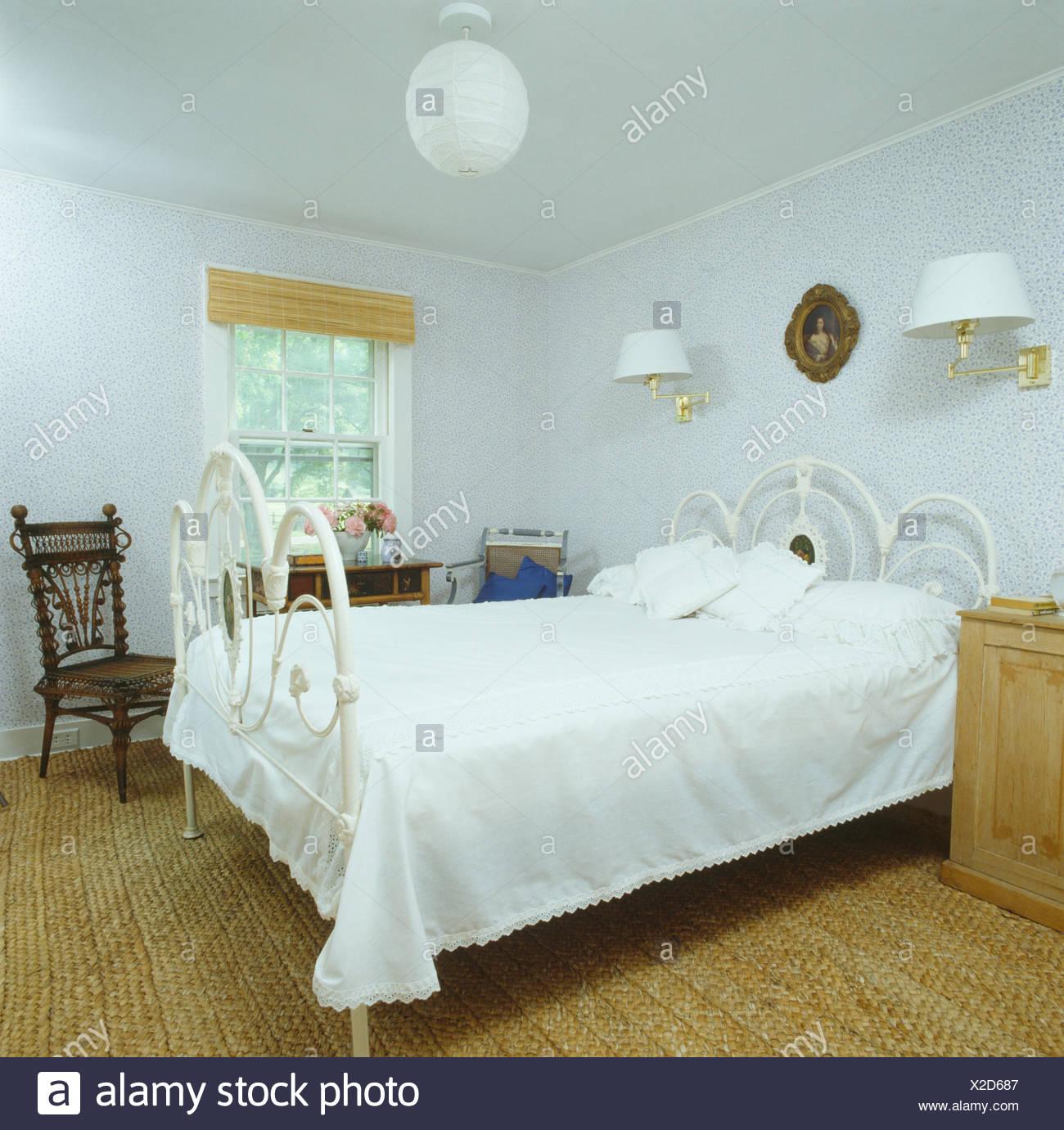 Schmiedeeisen-Bett mit weißen Bettdecke in neunziger Jahre weiße ...