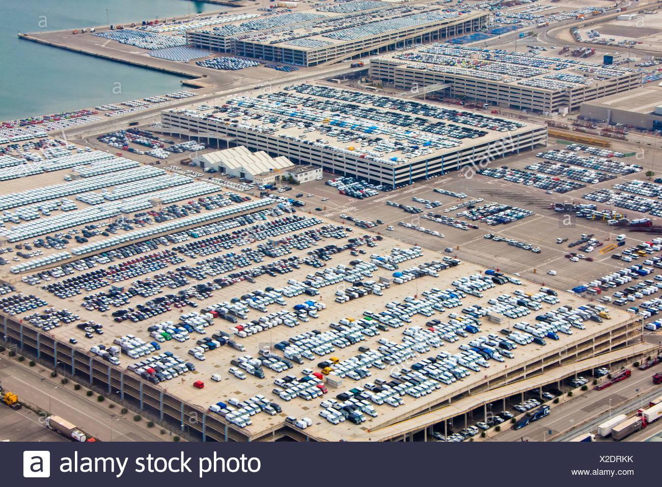 Spanien, Barcelona, Hafen, Hafen, Autos, Parkplätze, Export, Luftaufnahme, Geschäft Stockbild