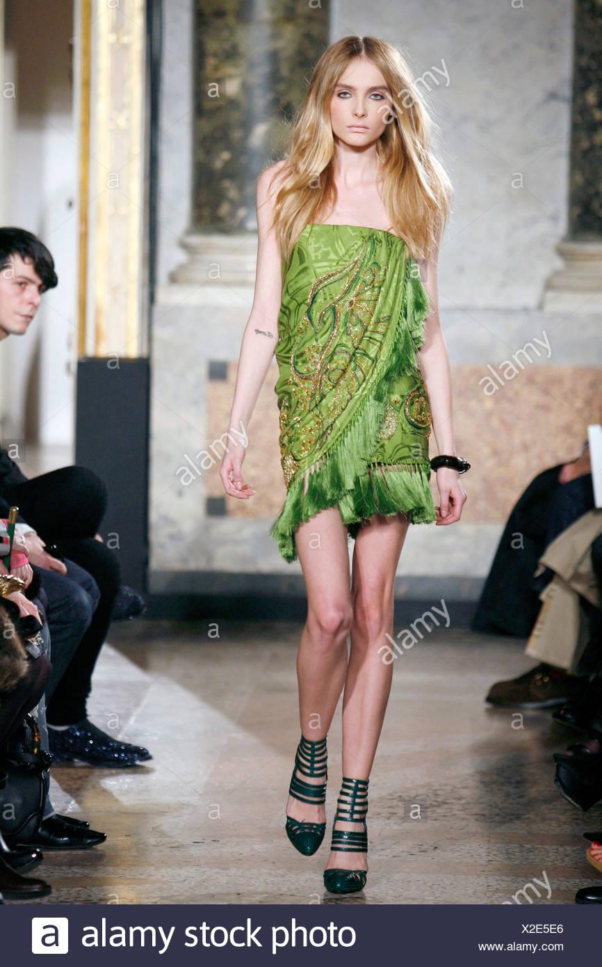 Grunes Tragerloses Kleid Stockfotos Und Bilder Kaufen Alamy