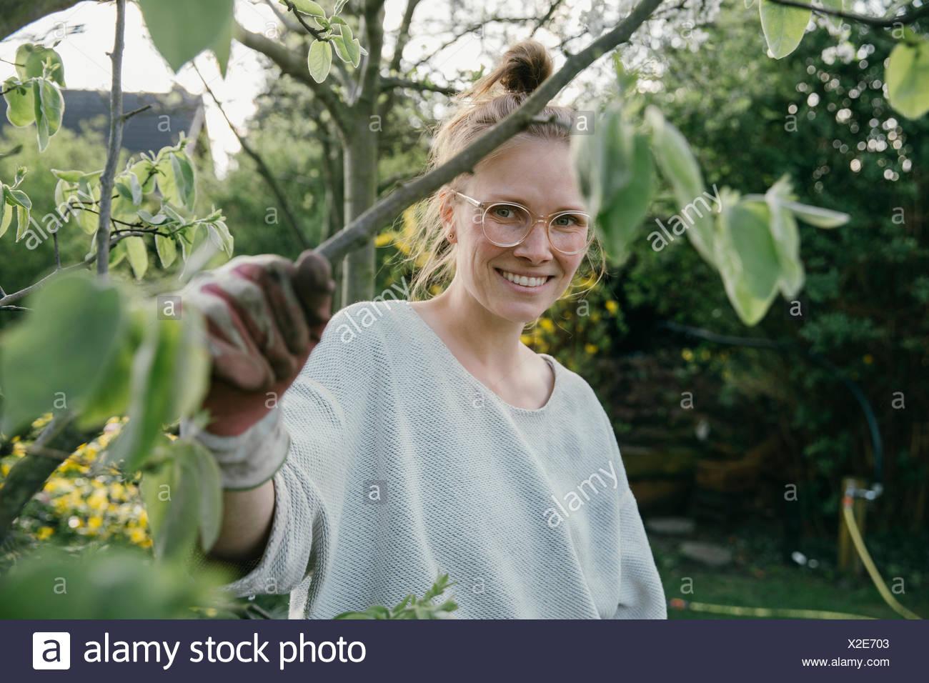 Porträt der jungen Frau hält ihre Quitte Baum Stockbild