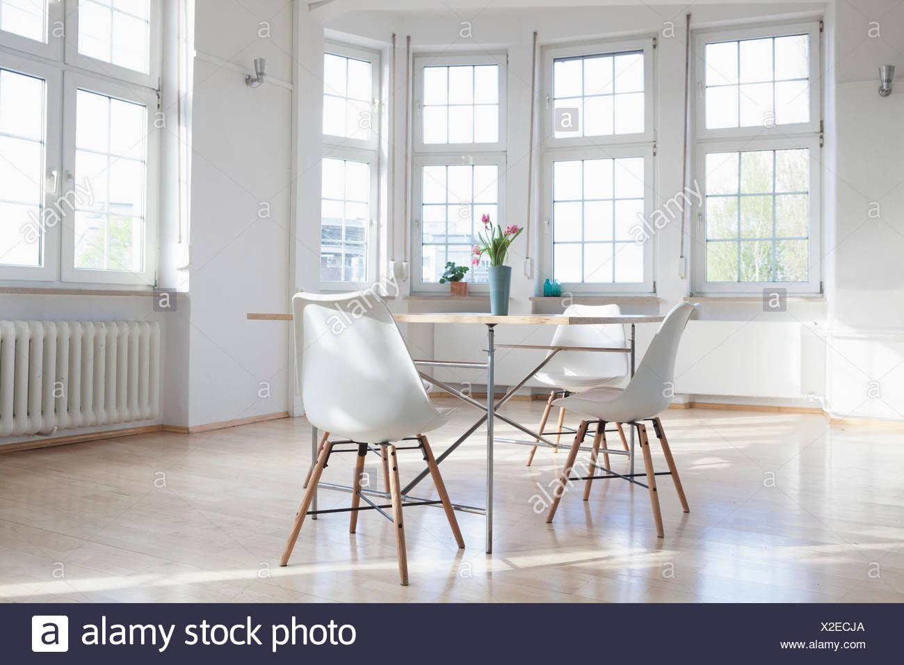 Wohnlandschaft Mit Tisch Und Stuhlen Stockfoto Bild 276912450 Alamy