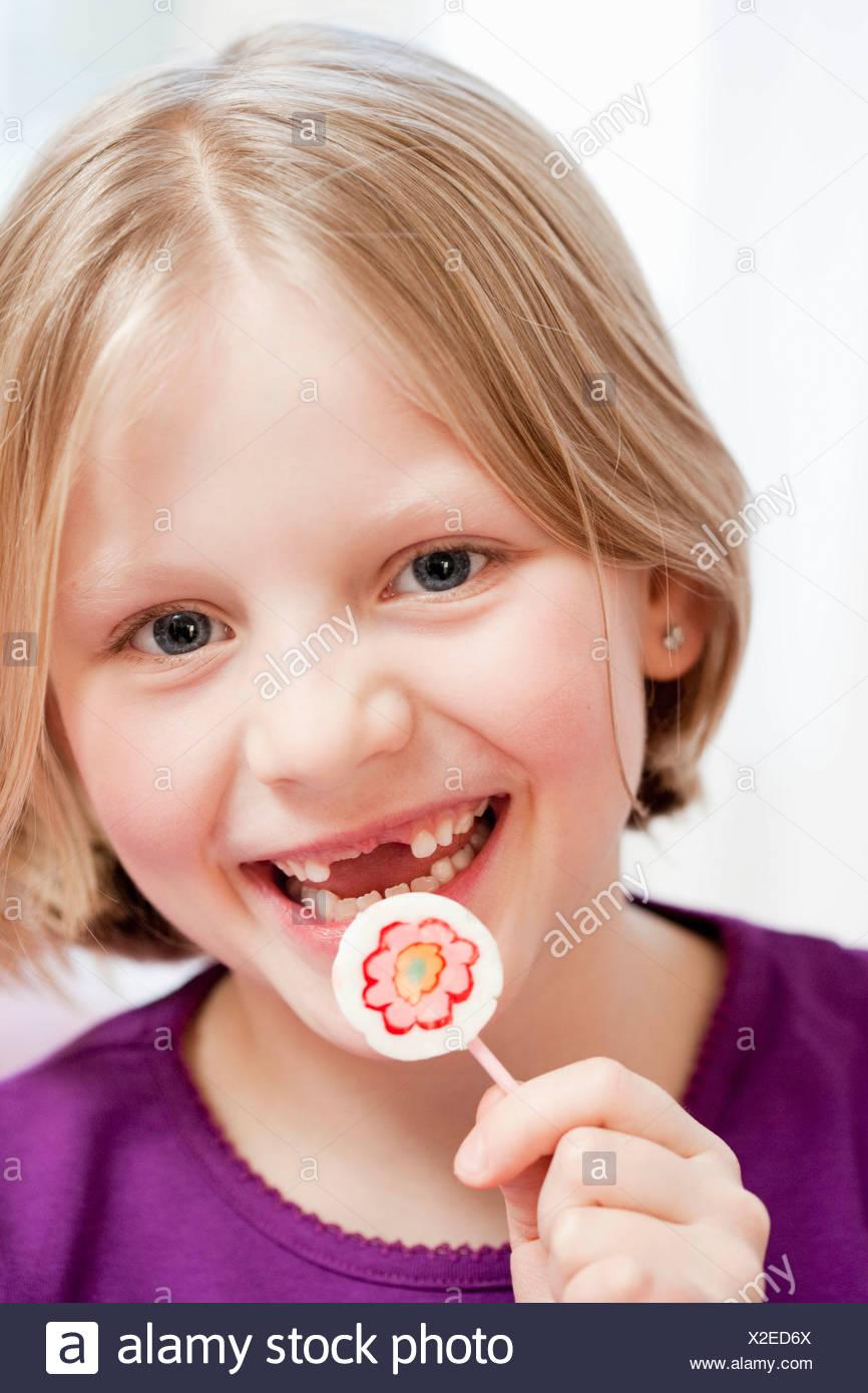 junges Mädchen mit Zahnlücke Stockbild