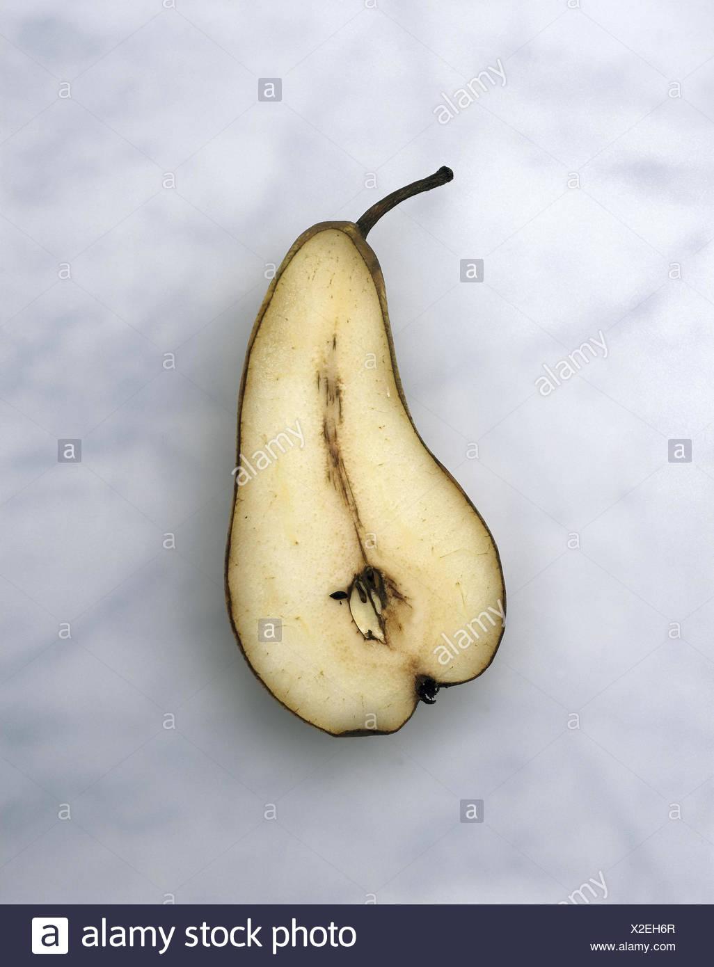 Birne, Hälften, braun, Obst, Birnen, halb, halb, Obst, Pyrus Communis, Kernobst, Ernährung, Essen, gesund, reich an Vitamine, Vitamine, genannt, Produktfotografie, Still Life Stockbild