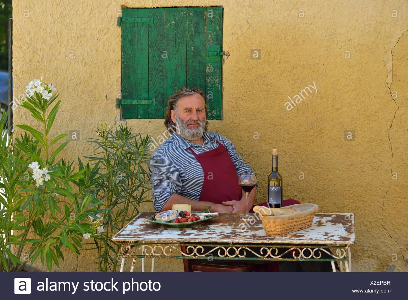 Europa, Frankreich, Provence, Mann, sitzen, französische, Tisch, Wein, St. Saturnin Les Apt, fünfzig Stockbild