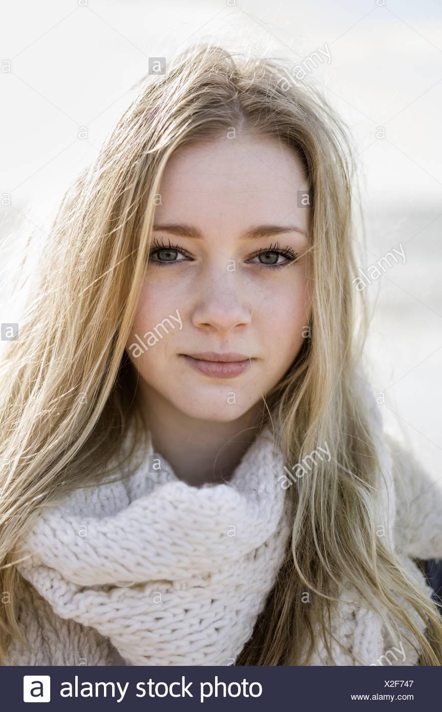 Ein junges Mädchen mit blonden Haaren, die in die Kamera