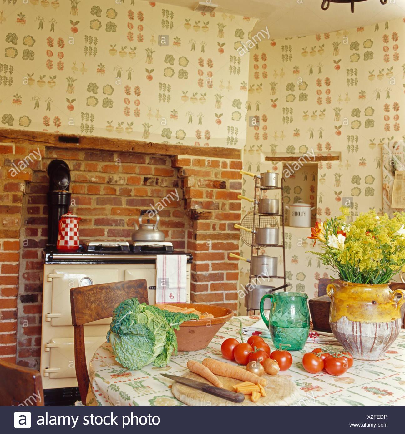 Gemüse auf Tisch im Landhaus-Küche mit Creme Aga-Ofen und Gemüse ...