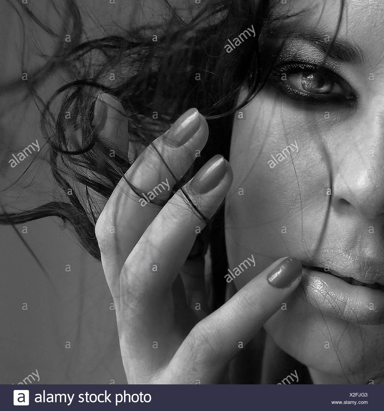 Zugeschnittenes Bild Frau mit Make-Up und zerzaustem Haar Stockbild