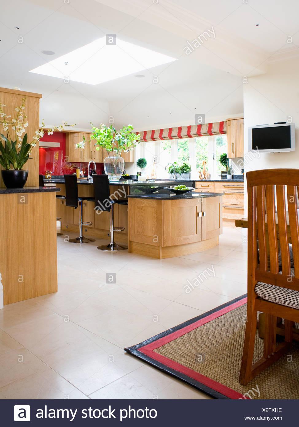 Kalkstein-Böden in große, moderne Küche-Esszimmer ...