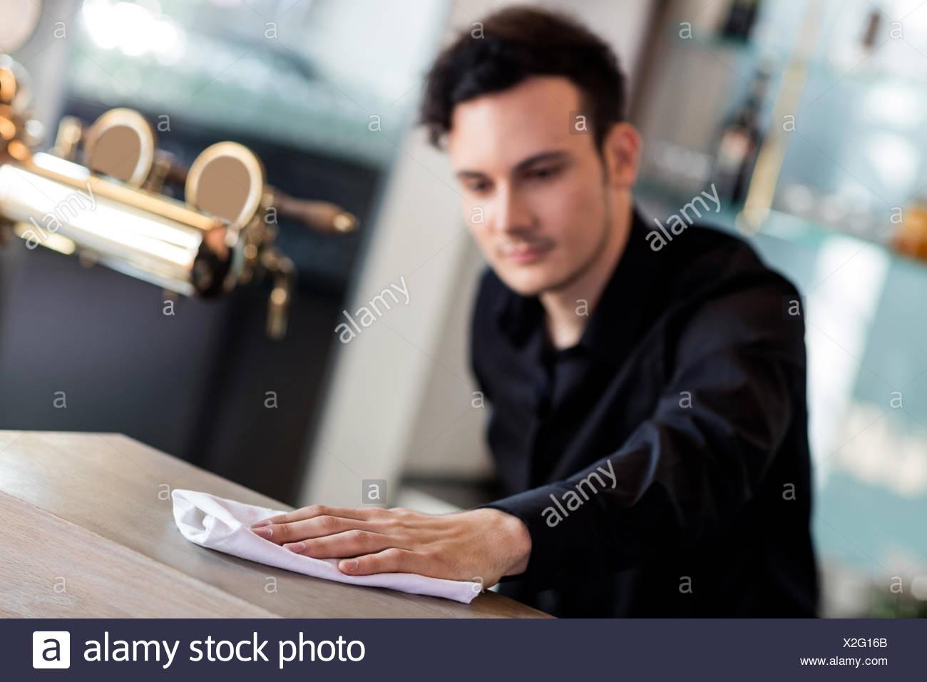 Barkeeper Reinigung Zähler mit Serviette Stockbild