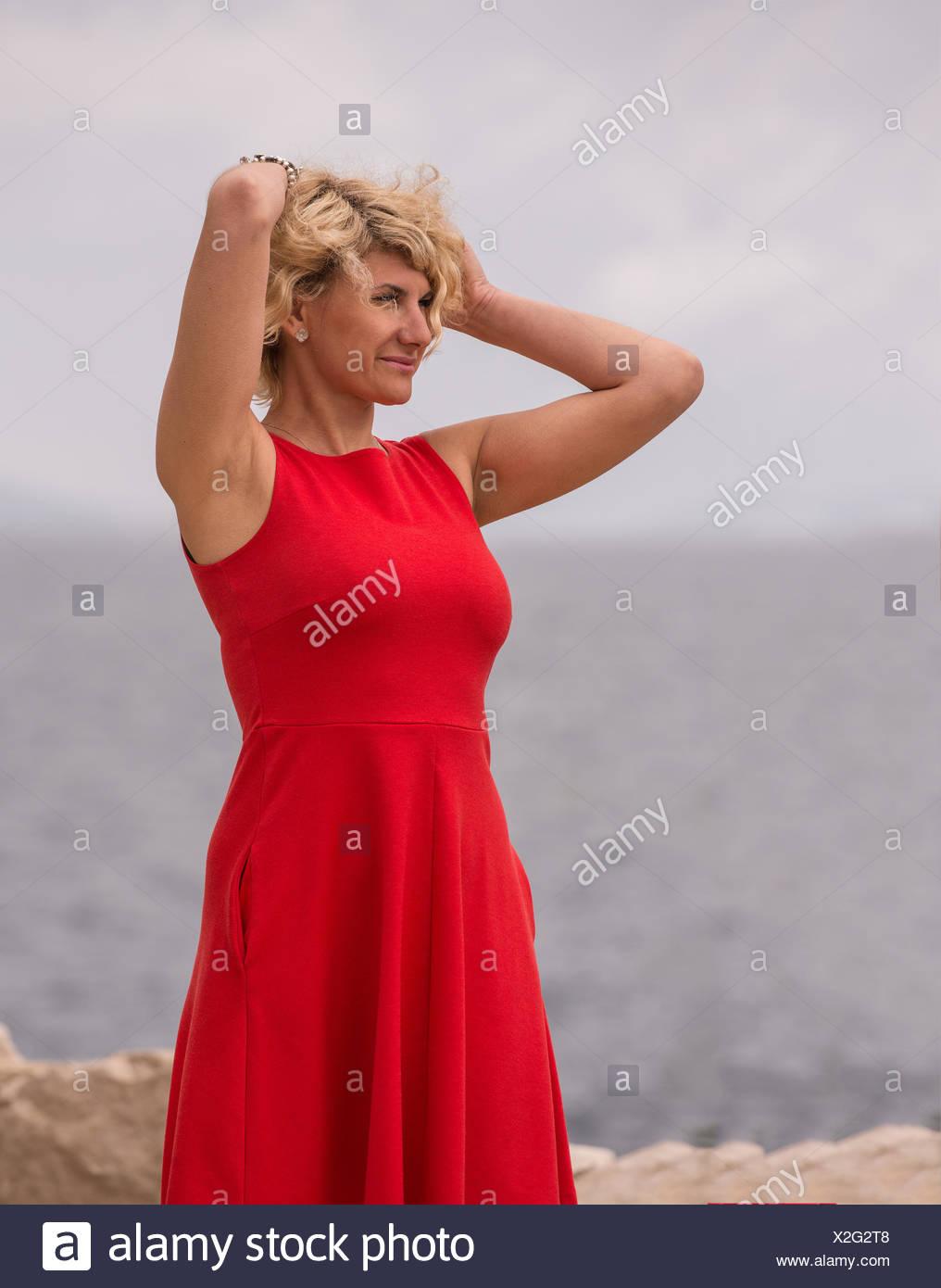 rotes enges kleid stockfotos und -bilder kaufen - alamy
