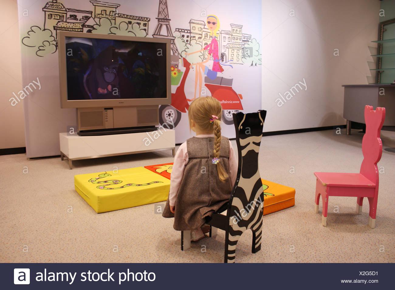 Fußboden Braun Zebra ~ Weibliches kind blondes haar geflochten rosa top und braunen kleid