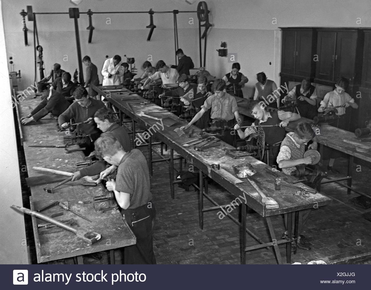 Eine Berufsschulklasse Beim Praktischen Unterricht, 1930er Jahre Deutschland. Eine Klasse einer Berufsschule Ausübung, Deutschland der 1930er Jahre. Stockbild