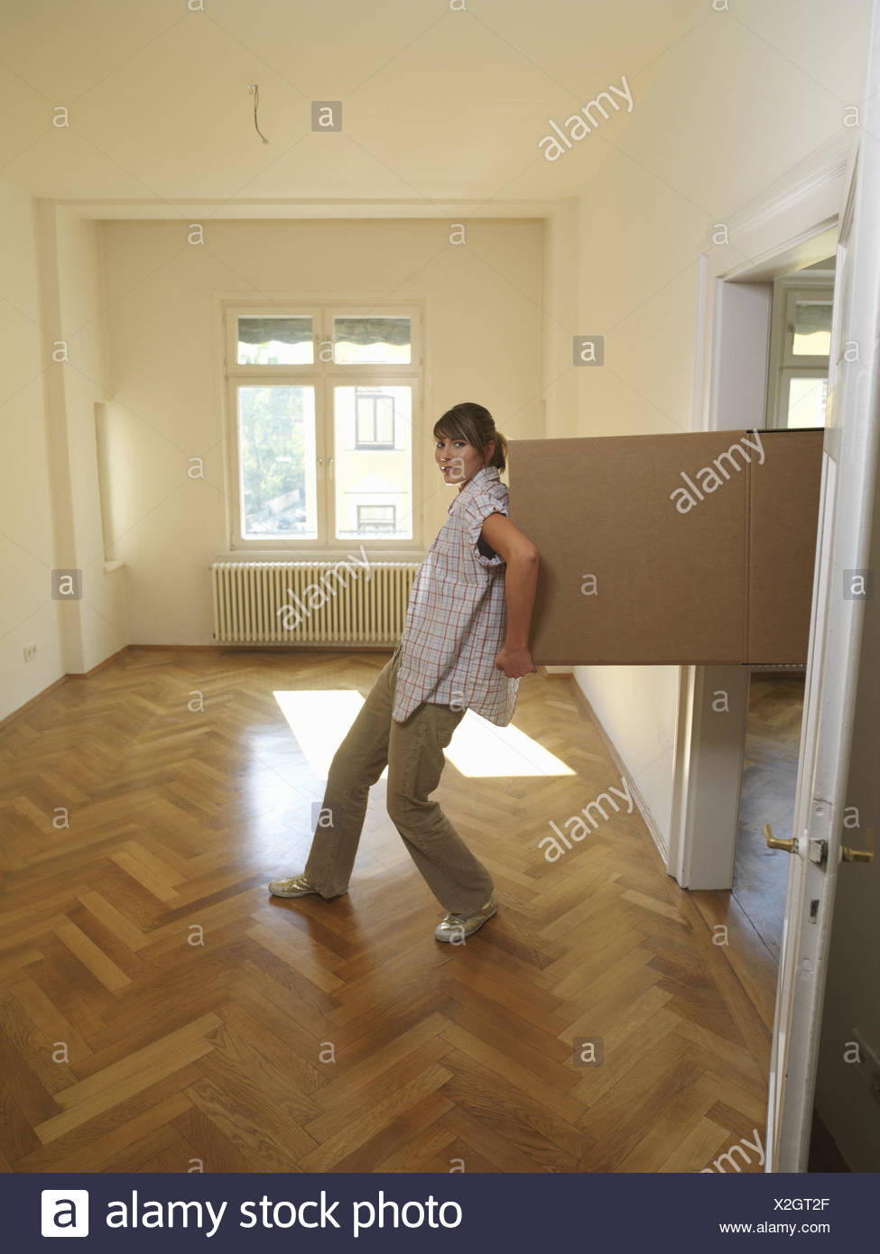 Blank Frau Jung Prozession Pappe Carry Wohnung Zimmer Flache