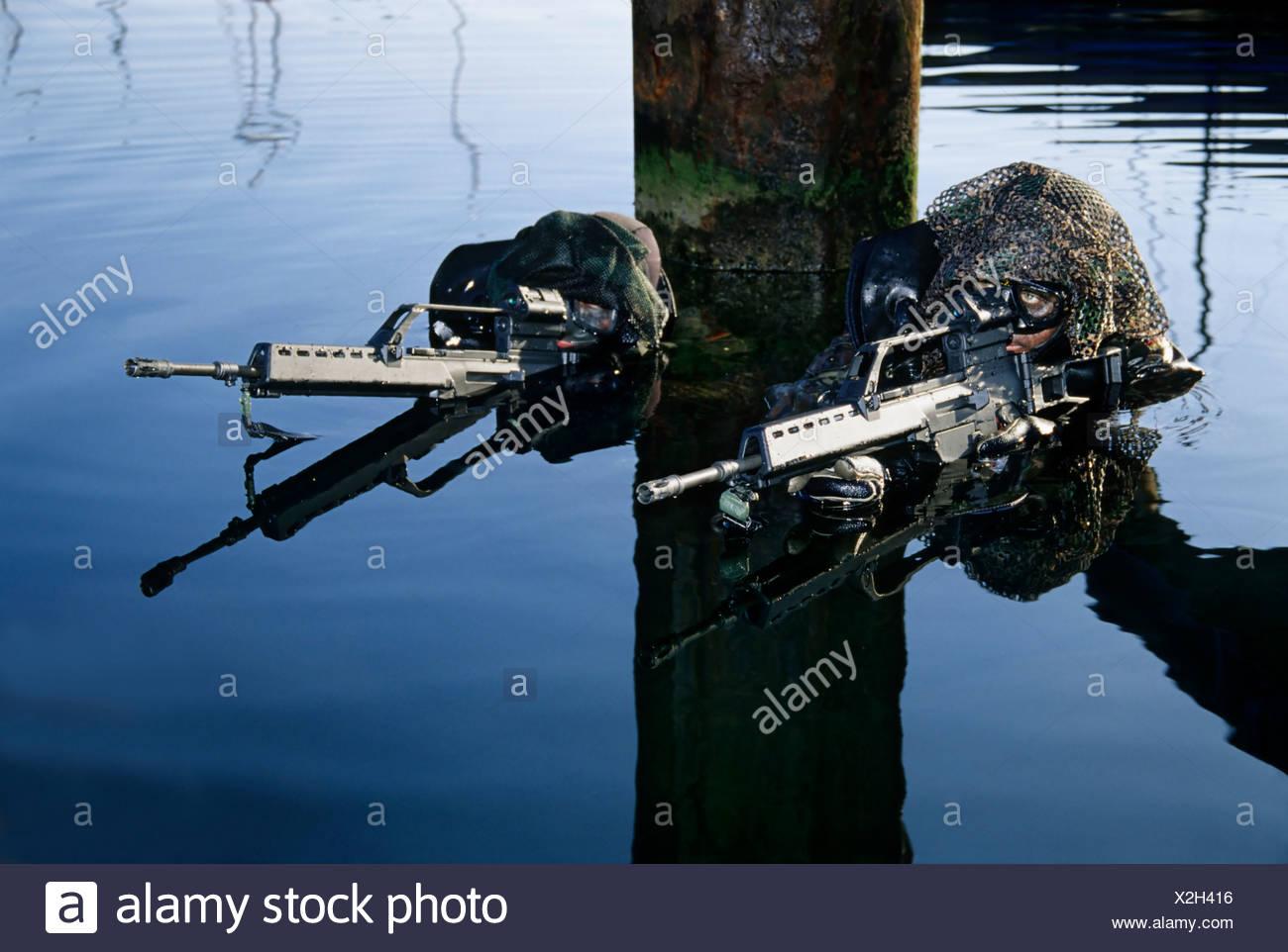 """Soldaten der Spezialeinheit """"Kampfschwimmer"""" der deutschen Marine Deutschland Marine in einem Hafen Angriff, Wea-simulation Stockbild"""