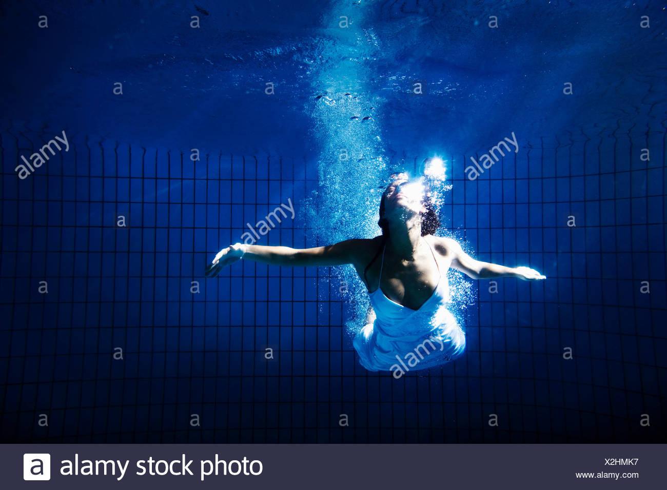 Frau in weißem Kleid unter Wasser Stockbild