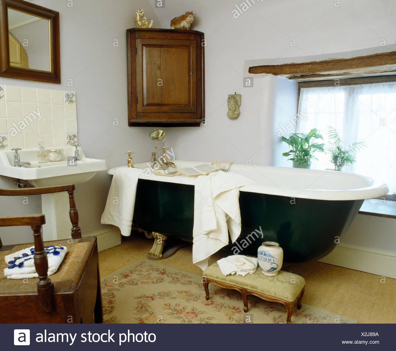 Antiker Eckschrank An Wand Oben Roll Top Bad In Weissen Land Bad