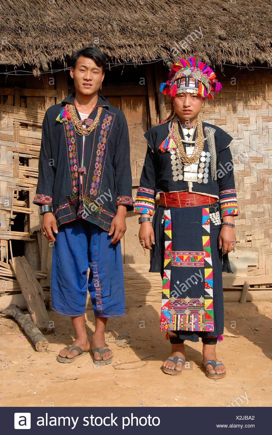 Mann und Frau von der Akha Lom ethnische Gruppe tragen bunte Trachten, Ban Noy, Provinz Phongsali, Laos, Südostasien Stockbild