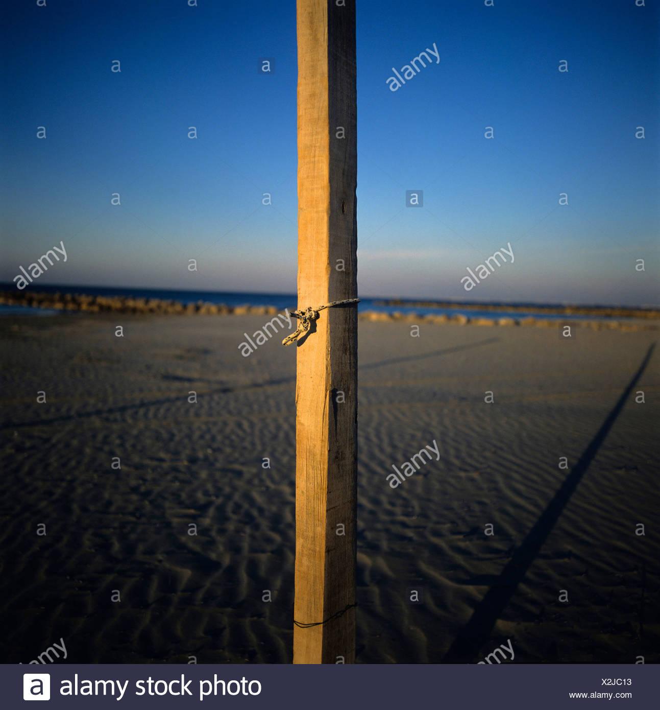 Kleinen hölzernen Pfosten am Strand in der Abenddämmerung Stockbild