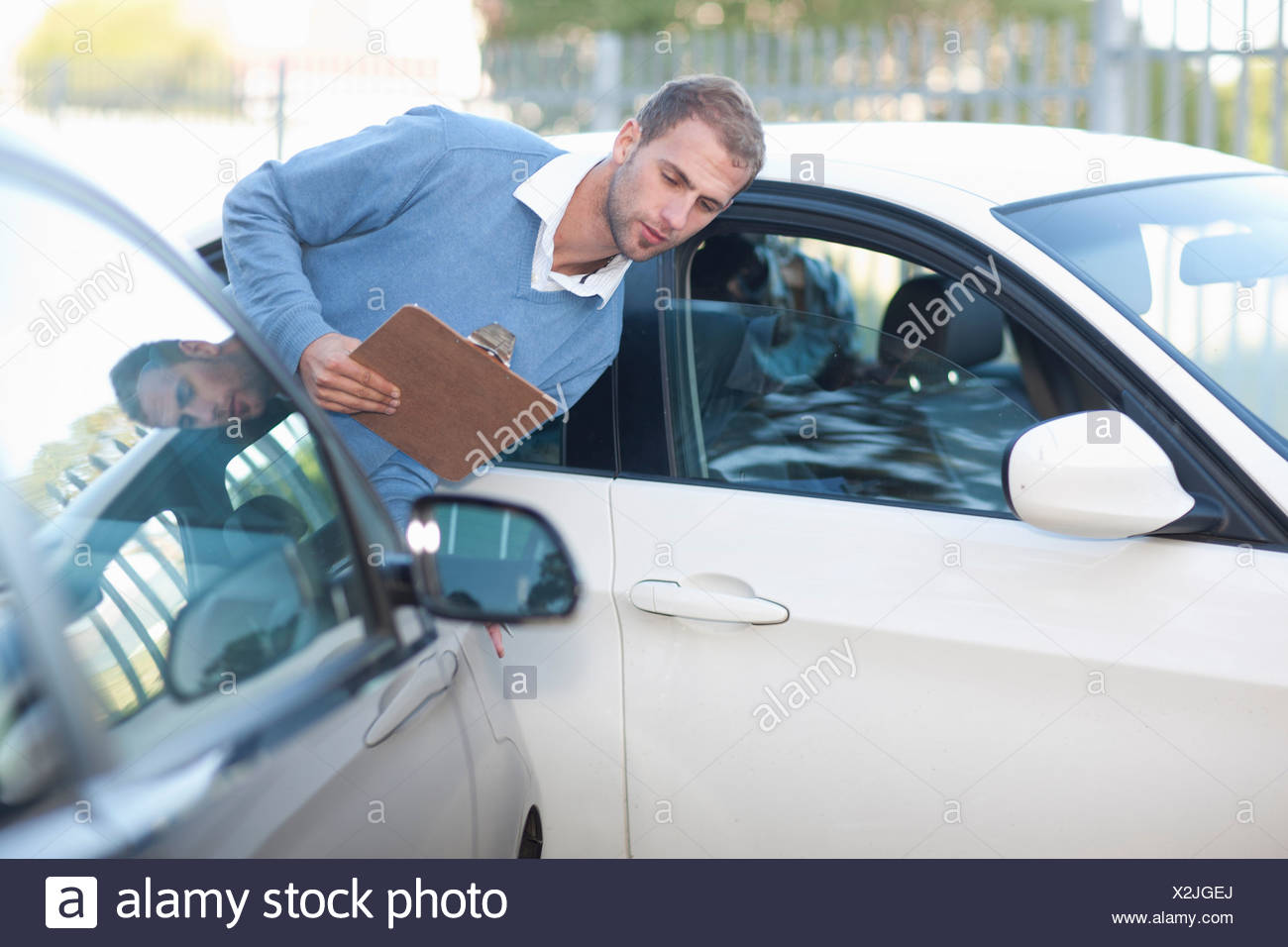 Mann, die Bewertung von Schäden am Auto nach Autounfall Stockbild
