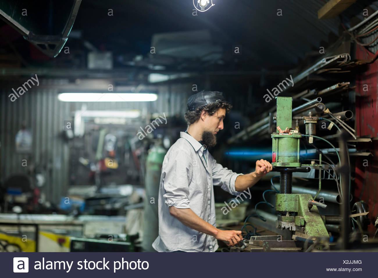 Junger Mann mit Kinn Bart arbeiten in alternative Technikraum Stockbild