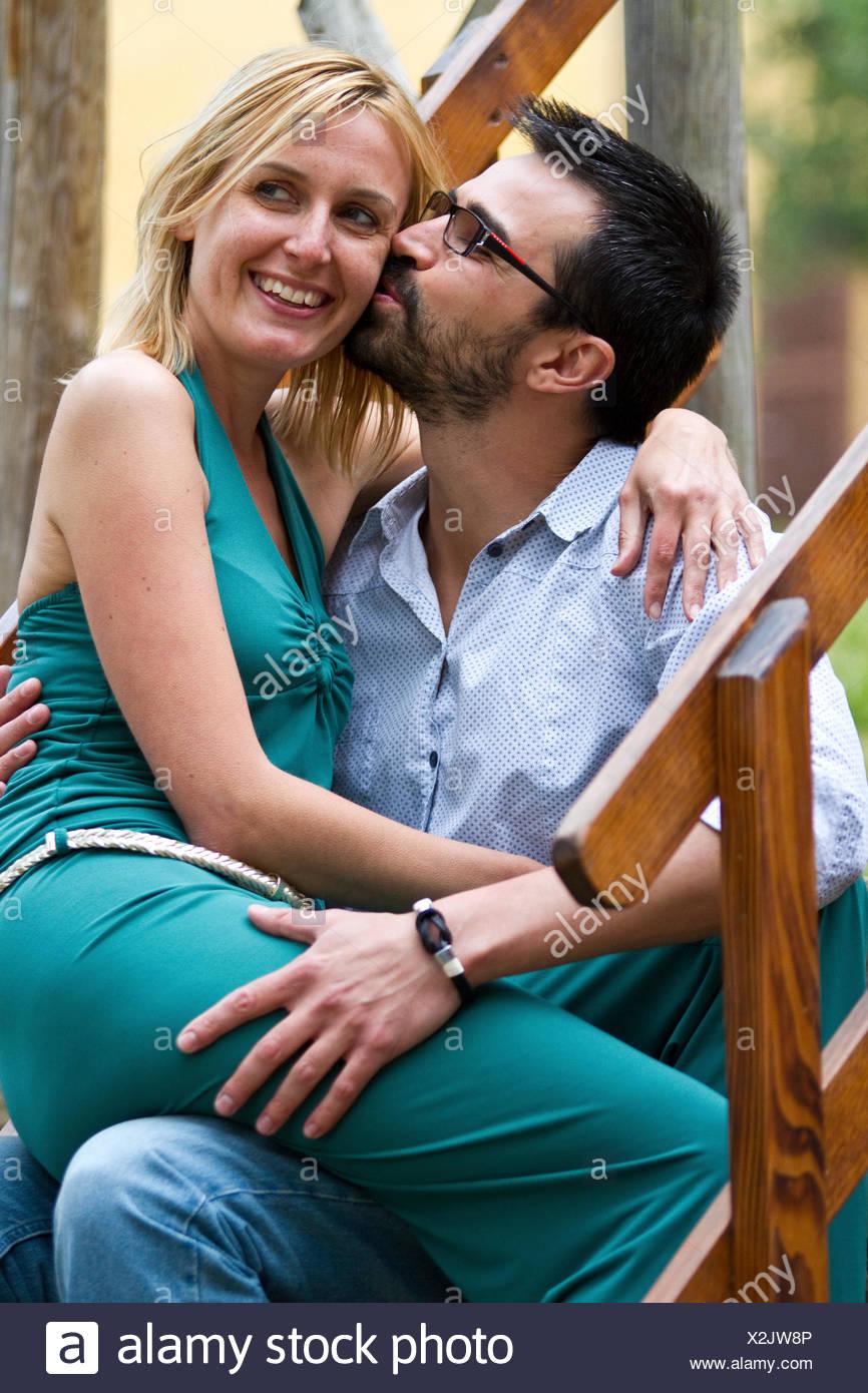 Mann küsst seine Frau Stockbild