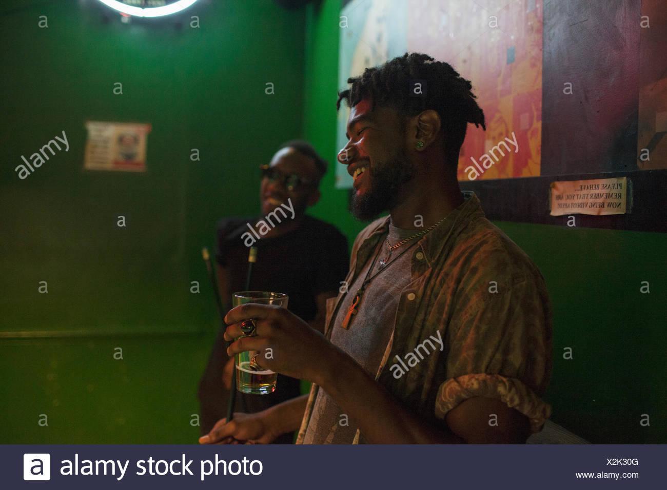 Zwei junge Männer in einer Bar. Stockbild