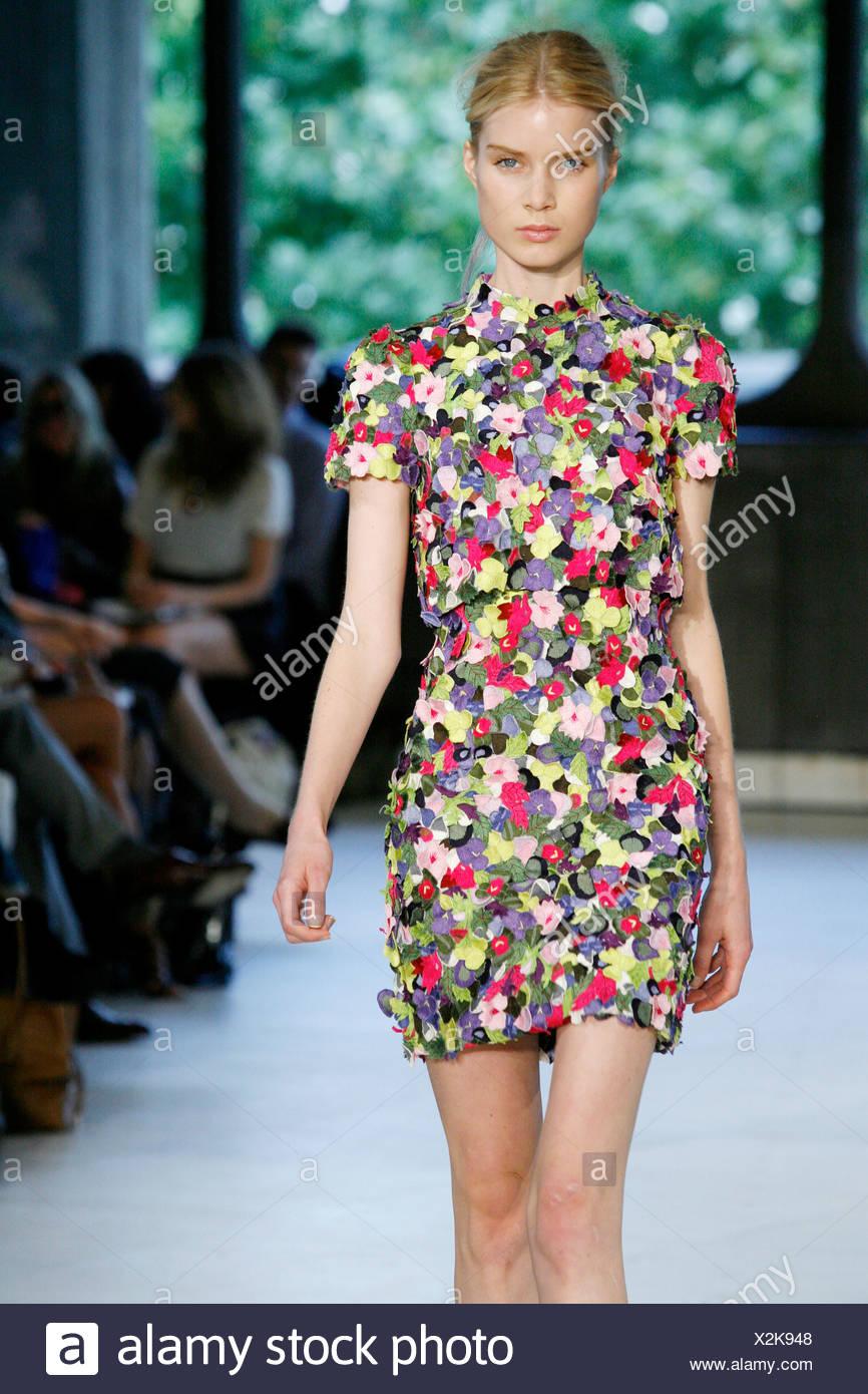 Too Short Dress Stockfotos & Too Short Dress Bilder - Seite 27 - Alamy