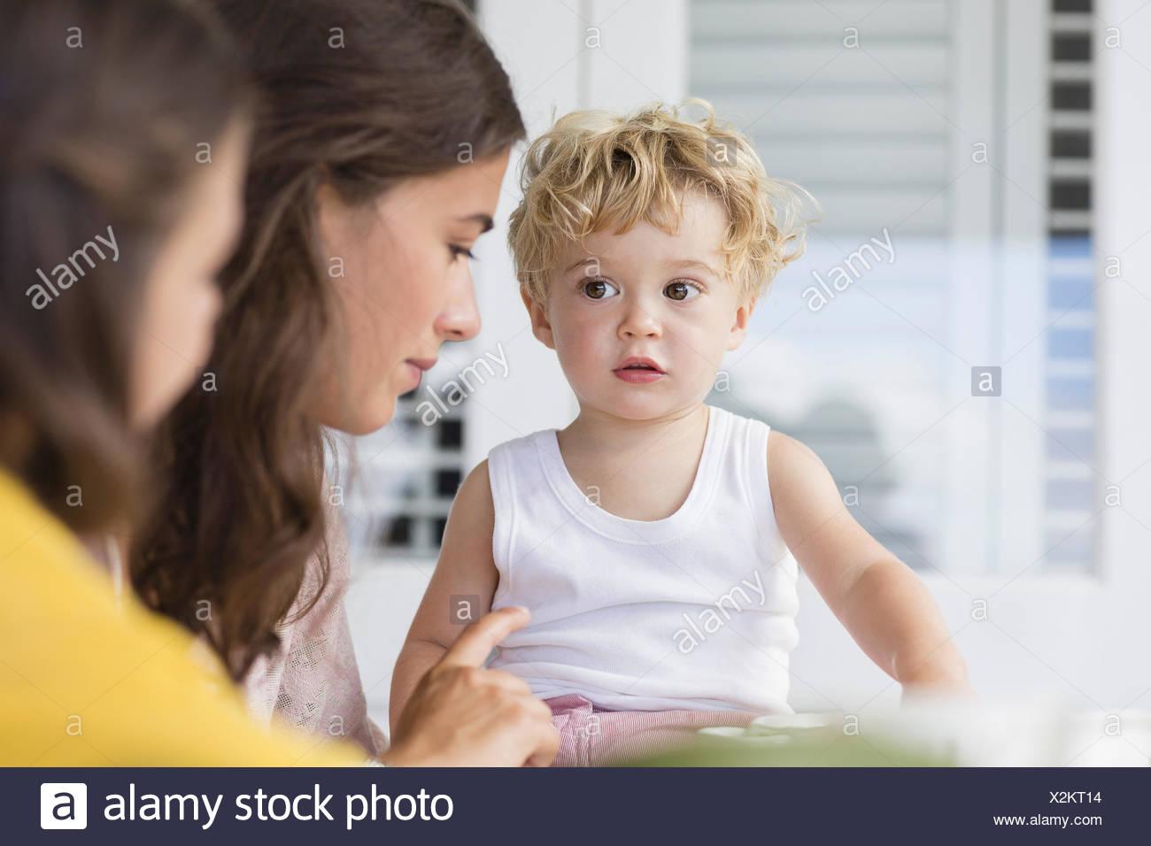 Mutter und Kinder sprechen zu Hause Stockbild