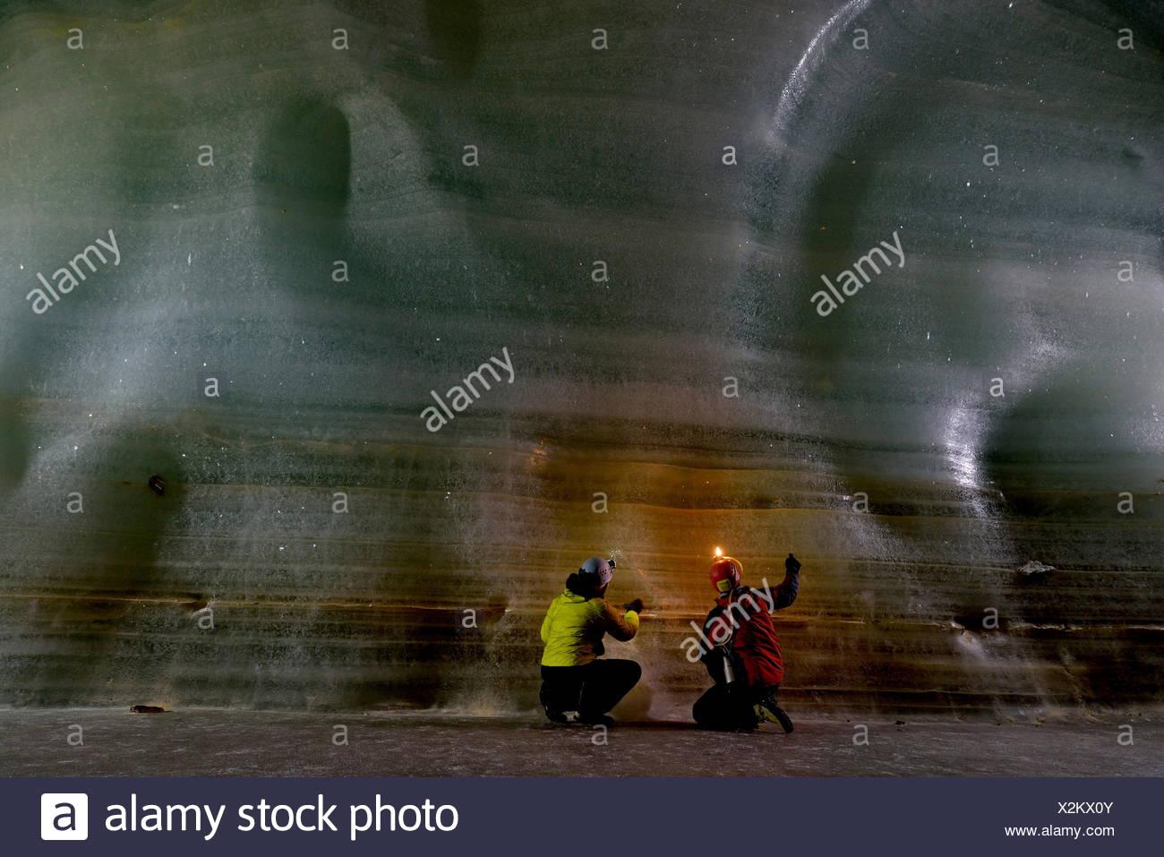 Wissenschaftler untersuchen die dicken Bett aus Eis für Proben im Inneren Eisriesenwelt Eishoehle in Werfen, Österreich. Stockbild