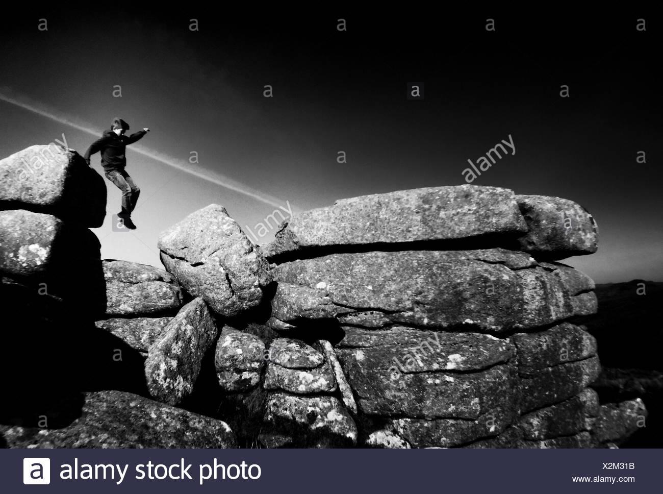 Junge springt gegen Himmel Stockbild