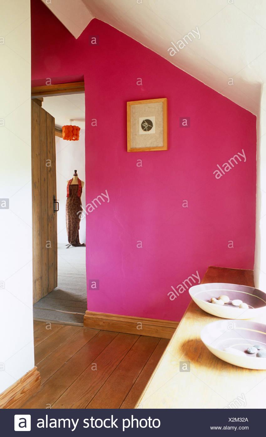 Holzboden In Halle Mit Fuchsia Rosa Wände Und Tür Zum Schlafzimmer Offen