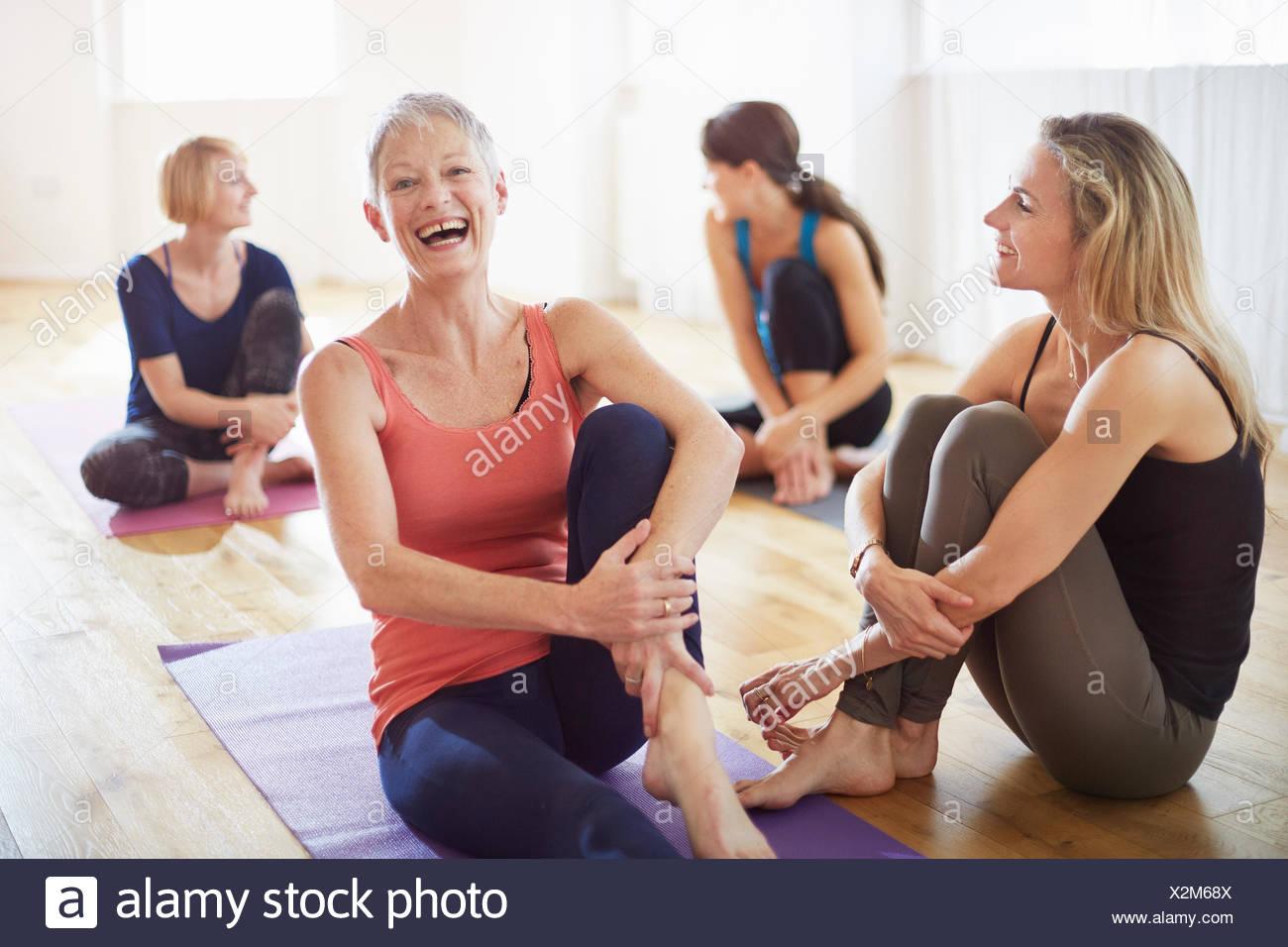 Vier Frauen sitzen am Boden im Pilates-Klasse Stockbild