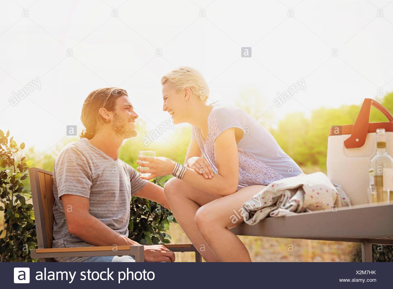 Paar, Lachen auf Dach Stockbild
