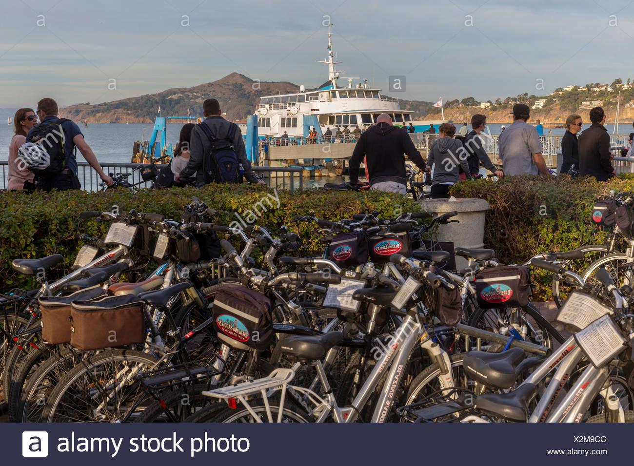 Fahrräder, Personen und Fähre im Hintergrund, Sausalito, Kalifornien, USA Stockbild