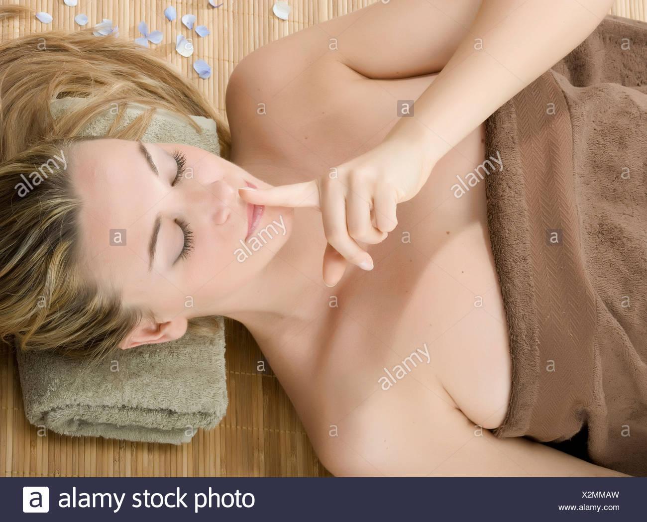 Frau im Spa mit Finger auf die Lippen Stockbild