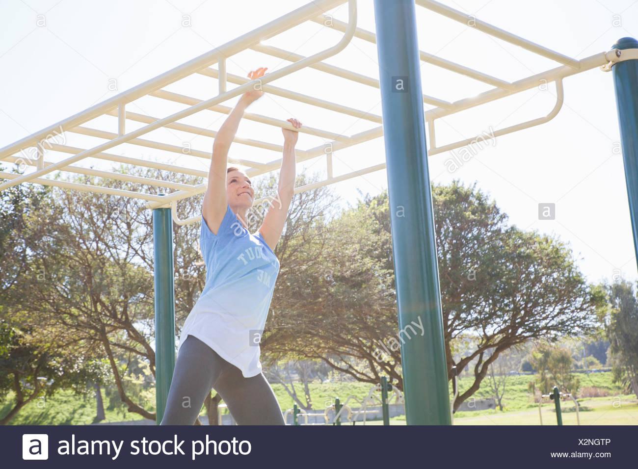 Klettergerüst Erwachsene : Mitte erwachsene frau training im park am klettergerüst stockfoto