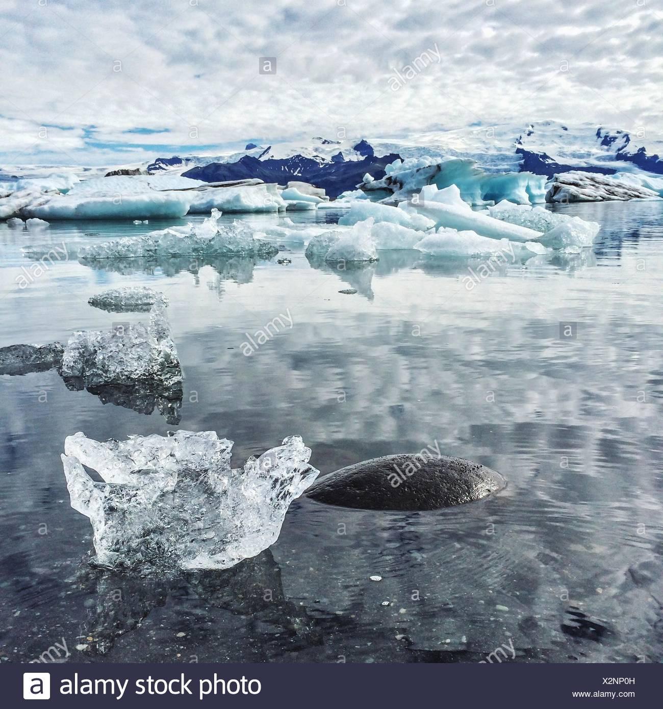 Gletscher auf dem Wasser im See schwimmt Stockbild