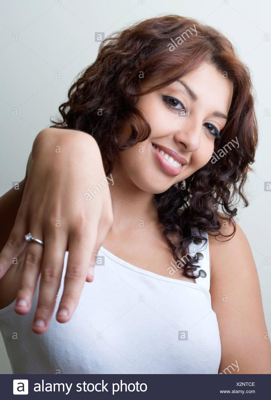 Portrat Einer Jungen Frau Zeigt Ihren Verlobungsring Stockfoto Bild