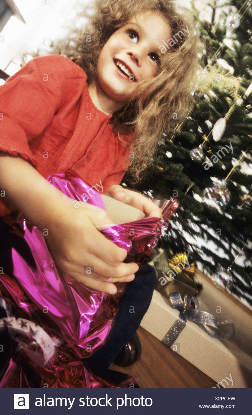 Weihnachten Mädchen schenken Geschenk auspacken fröhlich Serie ...
