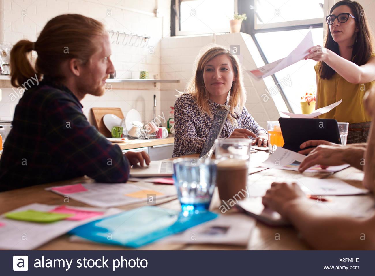 Managerin führt treffen um Tisch im Konstruktionsbüro Stockbild