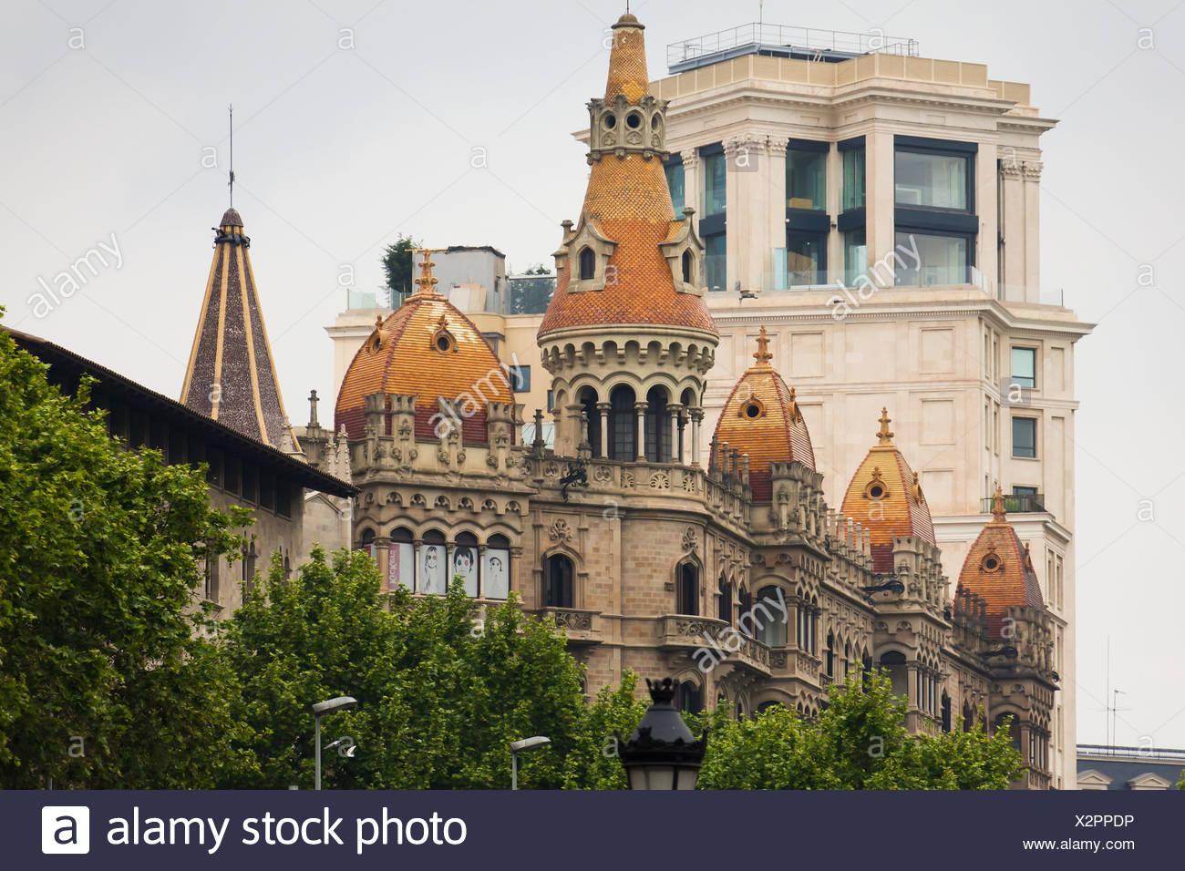 Jugendstil-Fassade in der Nähe von Placa de Catalunya, Ecke Carrer de Casp und Passeig Gràcia 8-10, Barcelona, Katalonien, Spanien Stockbild