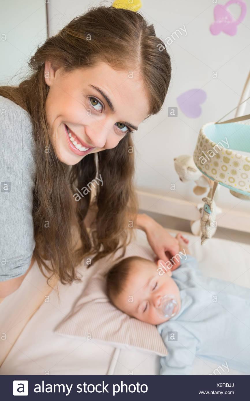Glückliche Mutter Wacht über Baby Sohn Schlafen Im Kinderbett