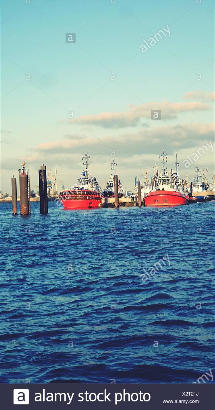 Schiff auf See gegen Himmel Stockbild