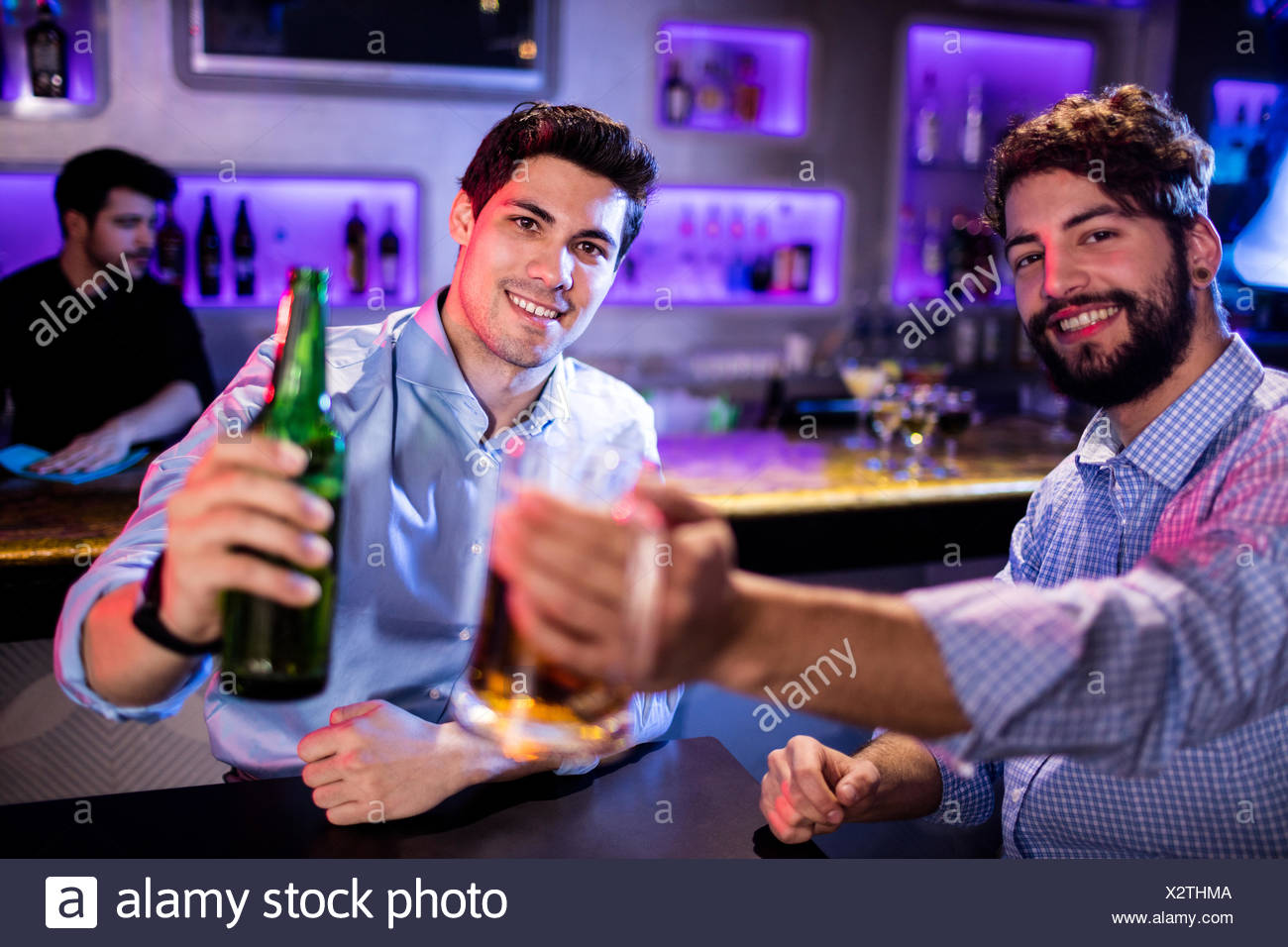 Porträt von Männern zeigt Glas Bier, Bierflasche Stockbild