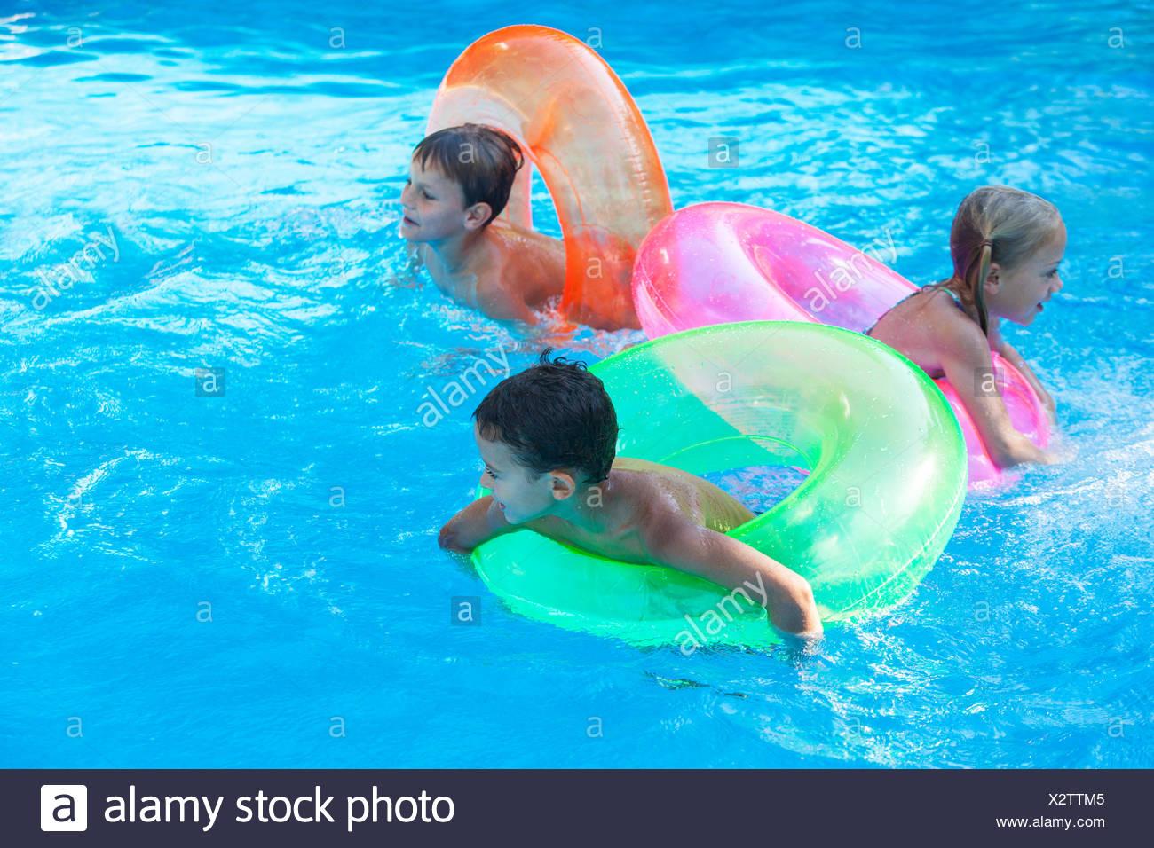 Awesome Drei Kinder Spielen Im Garten Pool Mit Ringen With Garten Pool  Aufblasbar
