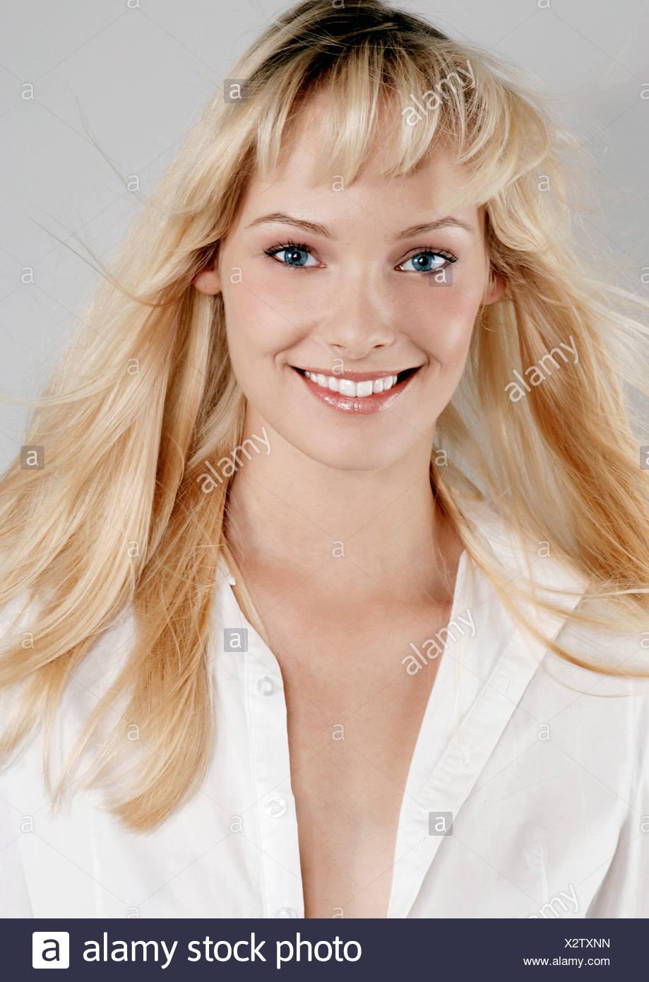 Weibliche Blonde Lange Haare Tragen Pfirsich Make Up Weißen