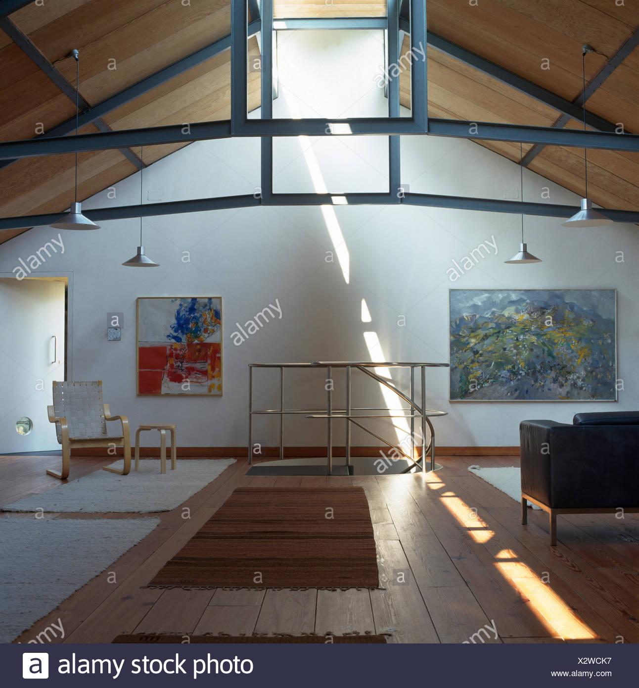 Mitte Jahrhundert Möbel In Einem Wohnzimmer In Einem Land  Dachgeschossausbau Mit Teppichen Auf Hölzernen Bodenbelag