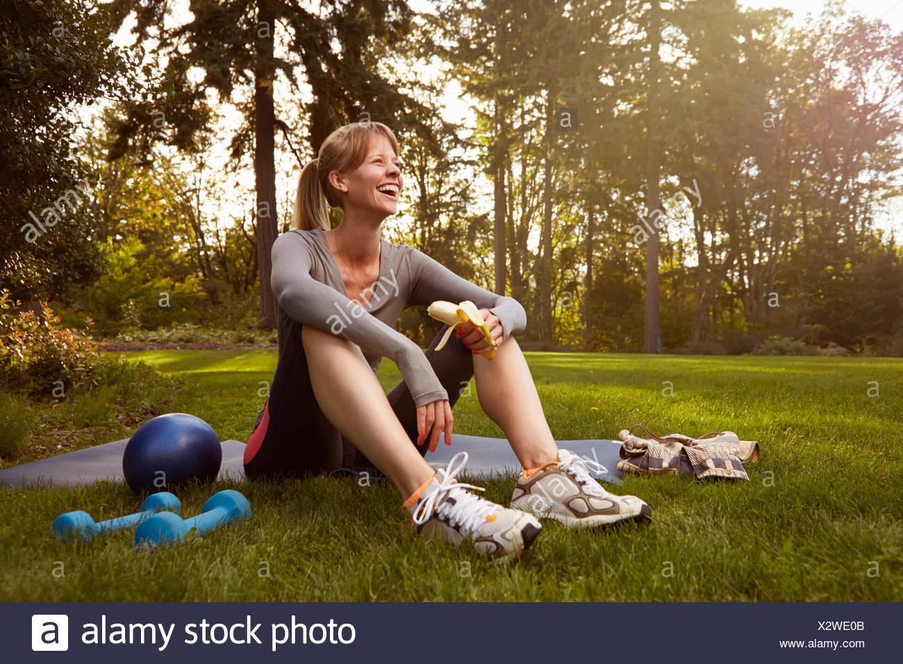 Mitte Erwachsene Frau im Park Pause Übung Stockbild